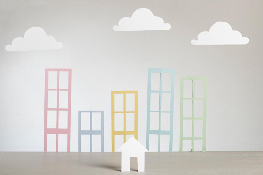 Abstrakte Papiergebäude mit Papierwolken