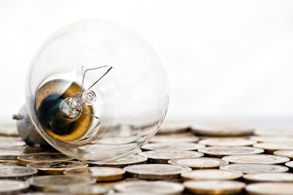 Glühbirne auf Geldmünzen