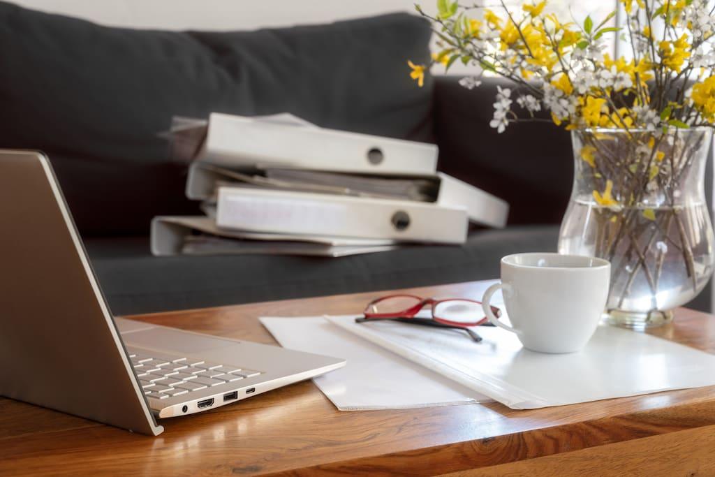 Bürozeug auf einem Holztisch